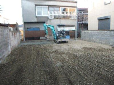 工事中  土を出して砕石を入れます。