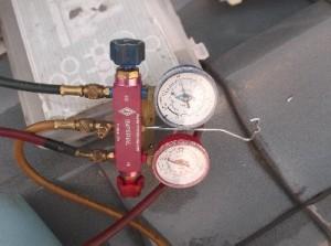 1 古いエアコンのガス圧を確認しました。