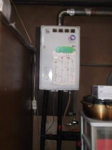 1 故障した屋内ガス給湯器です。もう、寿命です。