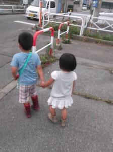 1 甲斐奈神社のお祭りに、仲良く手をつないで向かう2人