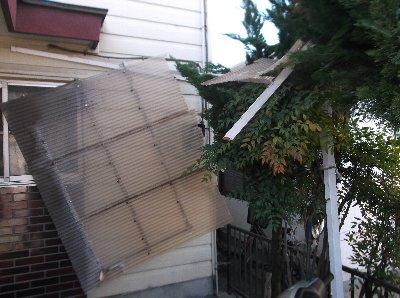 5 突風で駐輪場の屋根もこんな状態に