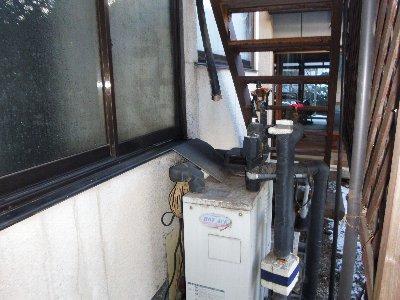 3 工事前 石油給湯器に配管されています。凍結防止の抜きがありません。