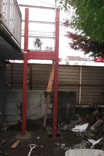 工事中、鉄骨の支柱