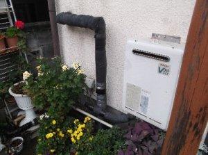 5 工事前  ガス給湯器も15年目で取替えることになりました。