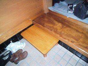2 工事後 踏み台を設けることで靴脱いでから入りやすくなりました。