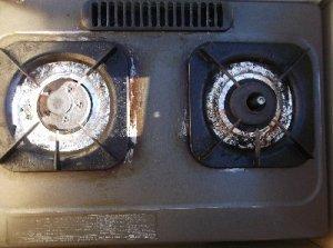古いガスコンロ 今までご苦労様でした。左側には加熱防止センサーがありませんでした。